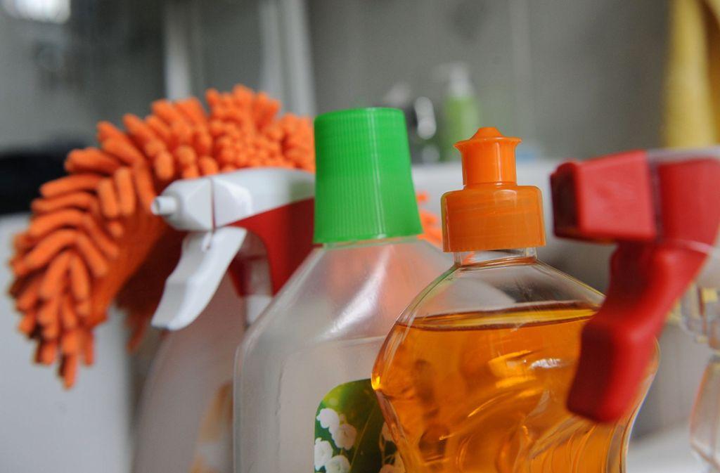 Selbst wenn man häufig putzt, gibt es den ein oder anderen Ort, an denen die wenigsten regelmäßig sauber machen. Foto: dpa/Jens Kalaene