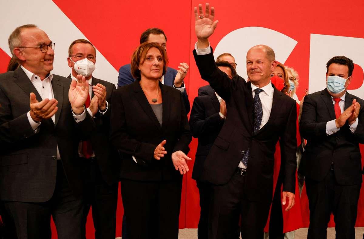 Olaf Scholz mit seiner Frau Britta Ernst und der SPD-Parteispitze. Foto: AFP/ODD ANDERSEN