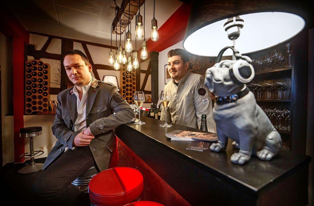 Nico Burkhardt (li.) und Küchenchef Kay Lurz an der Bar von Chez Amis in Schorndorf. Foto: