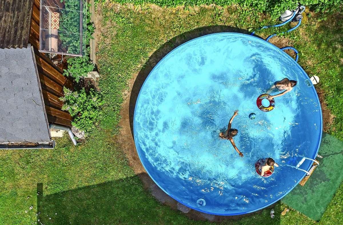 In Corona-Zeiten sind Pools im eigenen Garten beliebt. Das wirkt sich natürlich auf den Wasserverbrauch aus. Foto: dpa/Patrick Pleul