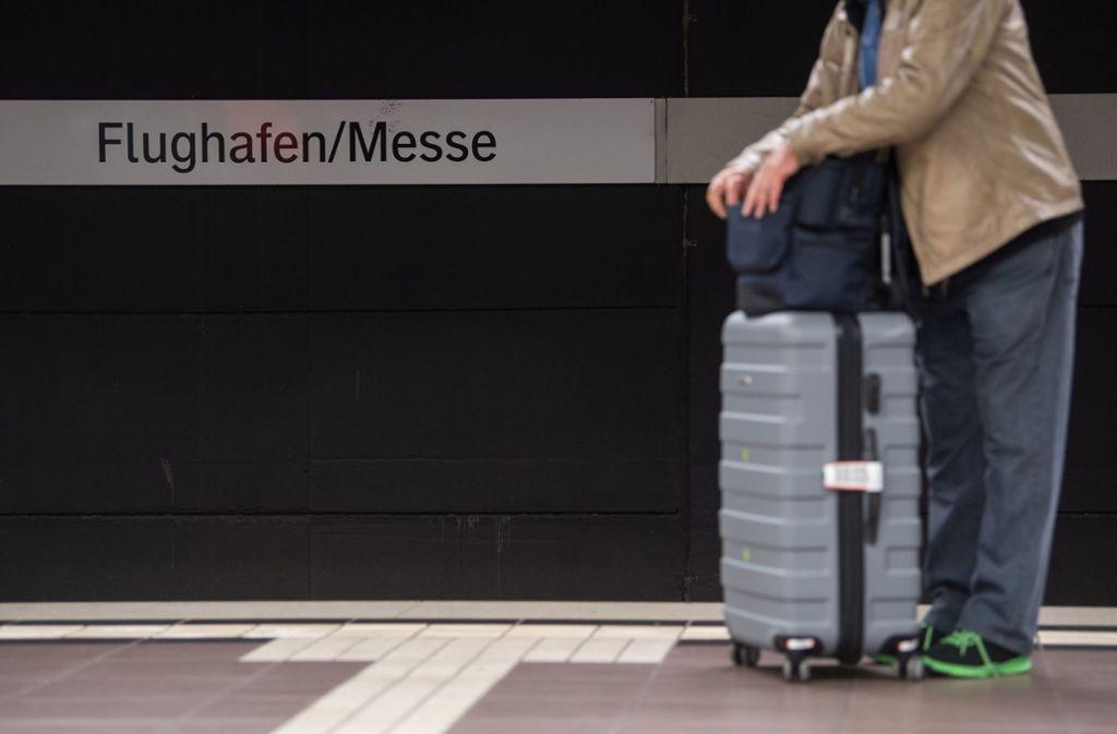 Warten auf den Zug und eine Entscheidung, wie Stuttgart 21 rund um den Flughafen verwirklicht wird. Foto: dpa