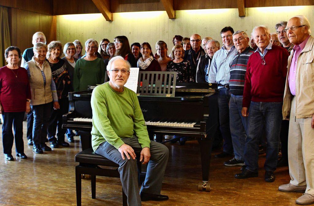 Wilfried Warth mit Sängern aus den Liederkränzen Stetten und Unteraichen. Foto: