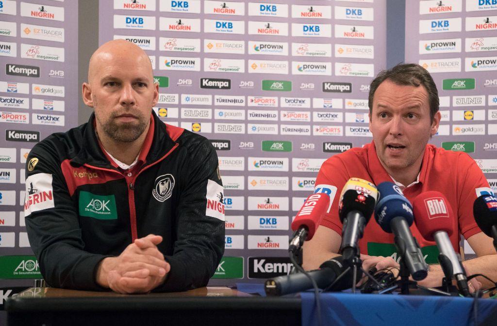 Co-Trainer Axel Kromer (links) hört seinem Chef Dagur Sigurdsson zu. Foto: dpa