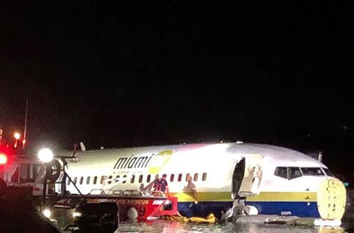 Boeing 737 rutscht von Landebahn in Fluss
