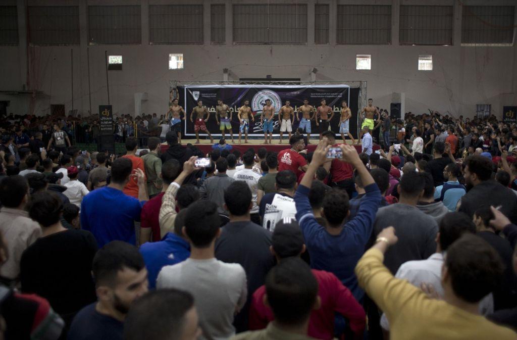 Am Ende wurde der 20-jährige Abdallah al-Hur zum Sieger gekürt. Unter Jubel wurde er in der Sporthalle auf Schultern getragen. Foto: AP