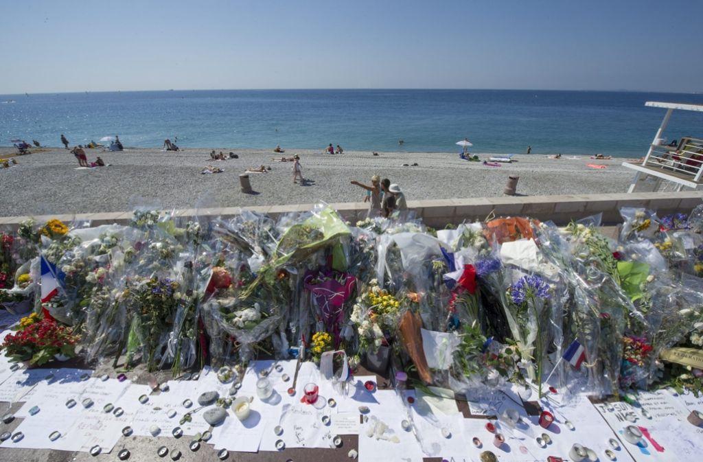 Blumen und Kerzen liegen an der Promenade des Anglais in Nizza, an der ein Lastwagenattentäter 84 Menschen totgefahren hat. Foto: dpa
