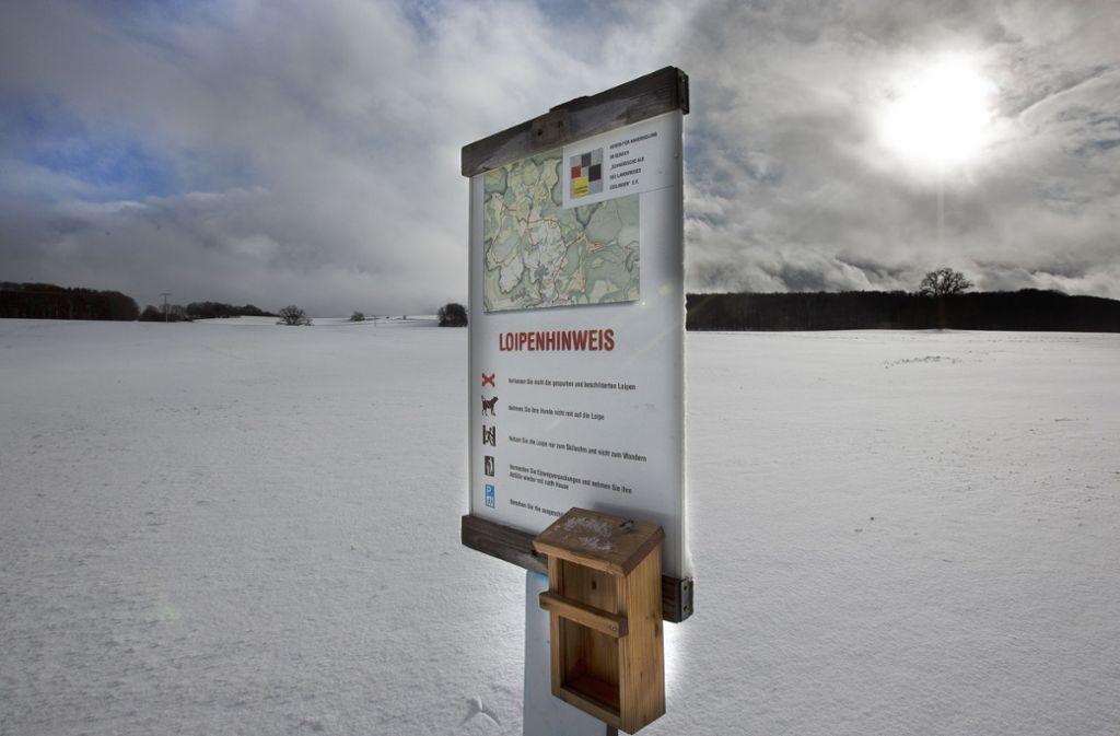 Die Langlaufloipen auf der Schwäbischen Alb sind markiert und freigeräumt. Noch reicht die Schneedecke aber  nicht aus, um die Ski unterzuschnallen. Foto: Pressefoto Horst Rudel/Horst Rudel