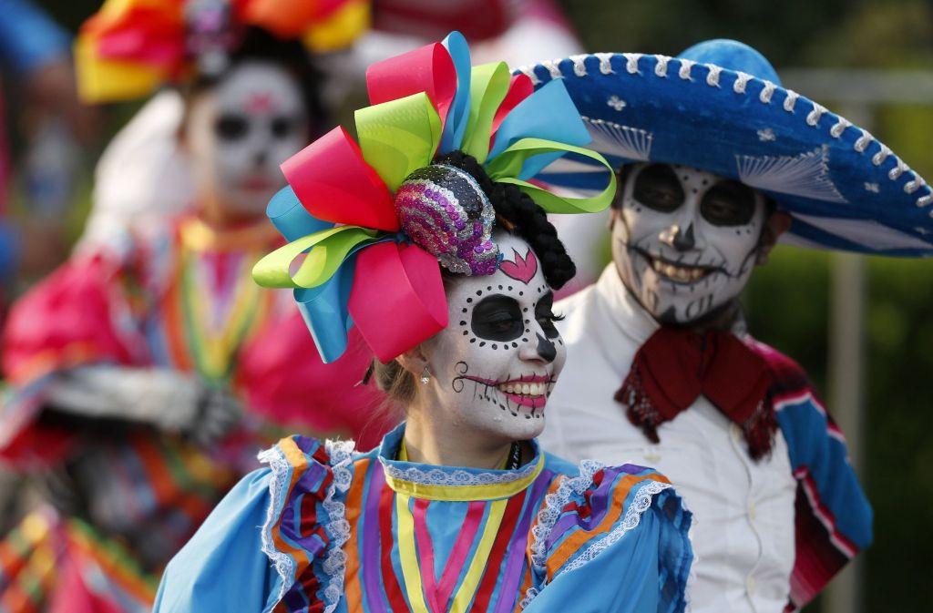 "Mit bunten Kostümen ehren die Mexikaner am ""Dia de los Muertos"" die Toten. Foto: AP"