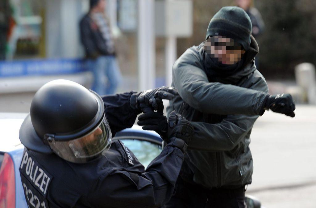 Polizisten suchen häufig Hilfe bei der Gewerkschaft, um juristisch gegen Angreifer vorzugehen. (Symbolbild) Foto: dpa