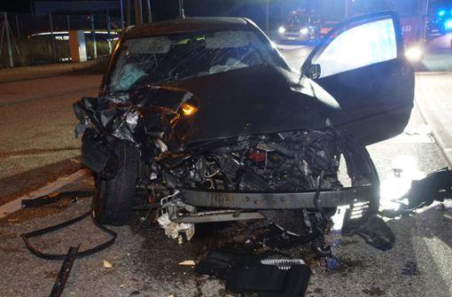 Auto kracht in geparkten Transporter - zwei Schwerverletzte