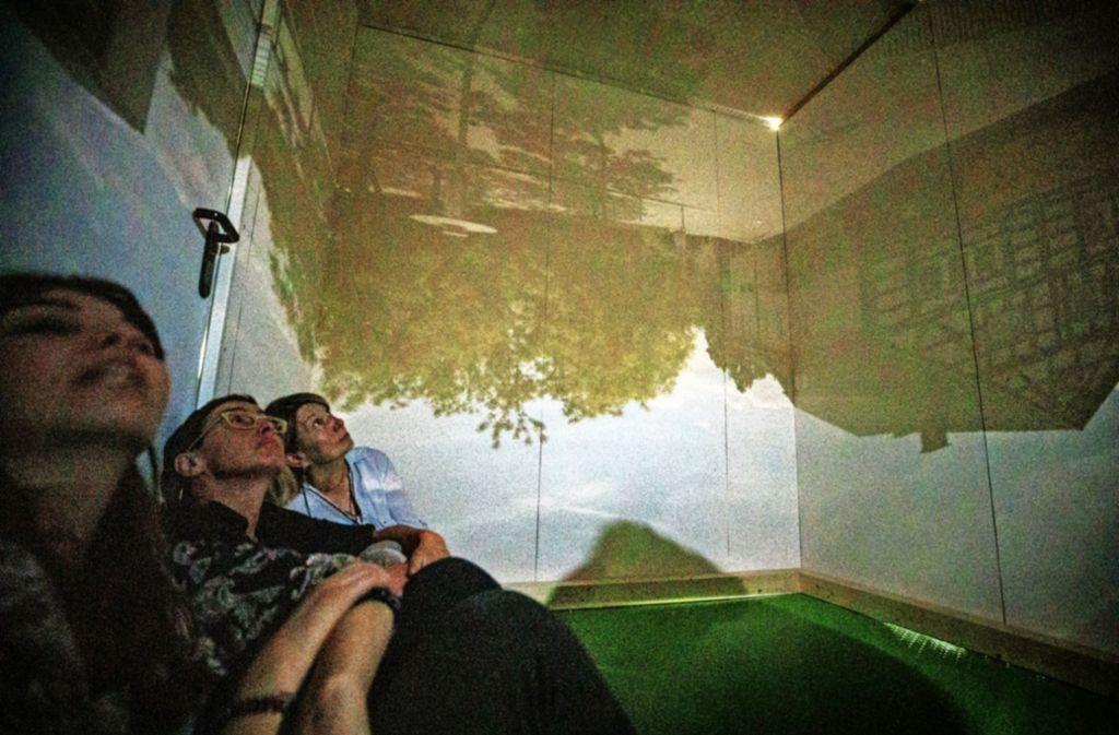 In der begehbaren  Camera obscura ist es stockdunkel – die Besucher sind nur dank der  Kameratechnik zu sehen. Foto: