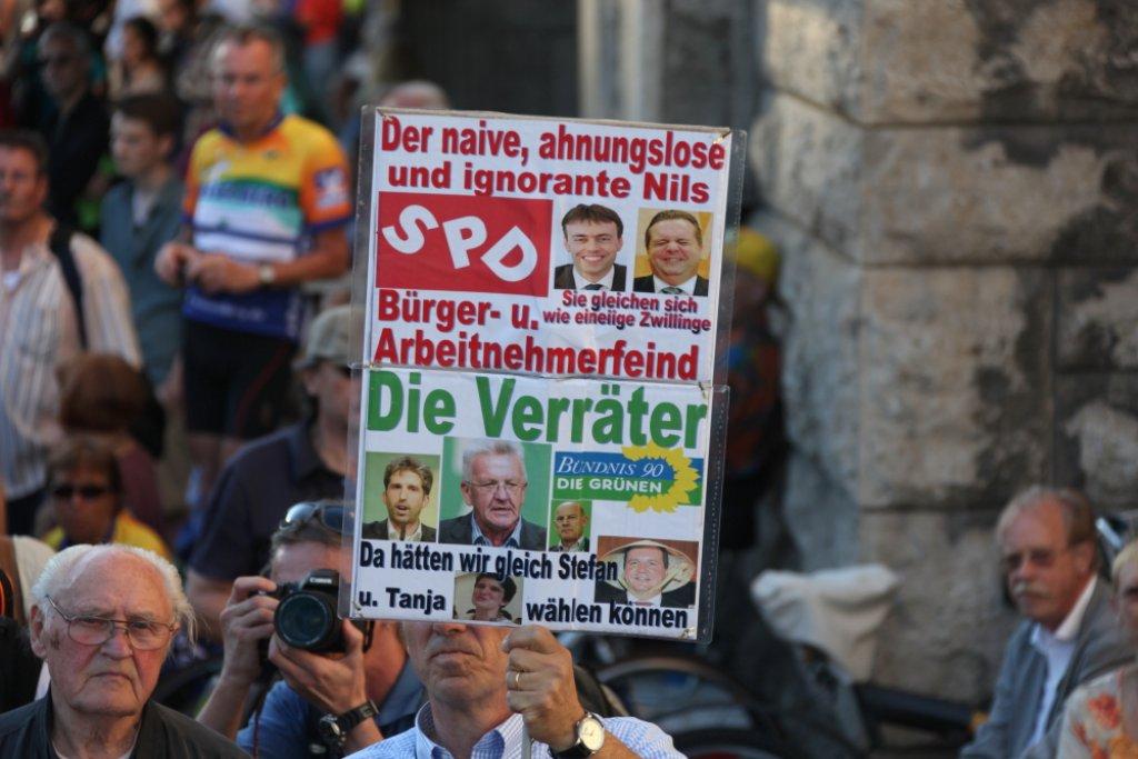 Bei der Montagsdemo gingen wieder hunderte Menschen auf die Straße. Foto: Beytekin