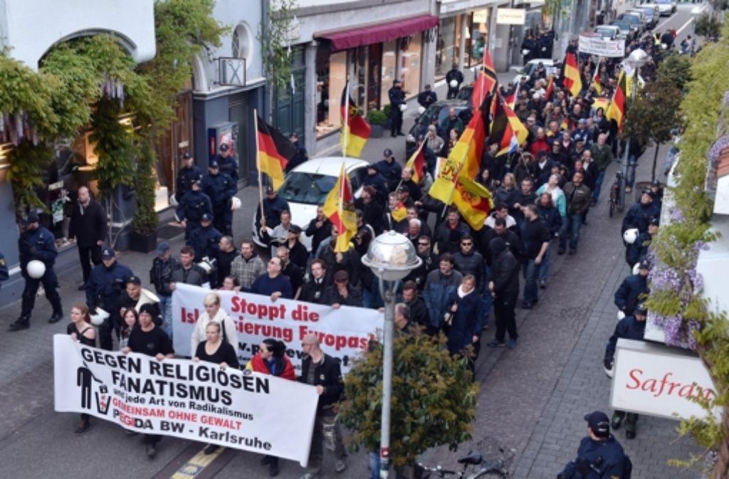 """In Karlsruhe hat am Dienstag der Pegida-Ableger """"Widerstand Karlsruhe"""" erneut demonstriert. (Archivbild) Foto: dpa"""