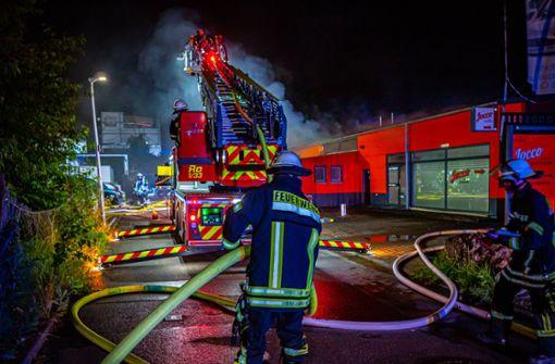 Mindestens 250.000 Euro Schaden bei Brand in Firmenhalle