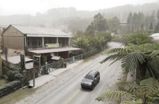 Vulkan Sinabung  ausgebrochen - hohe Aschesäule