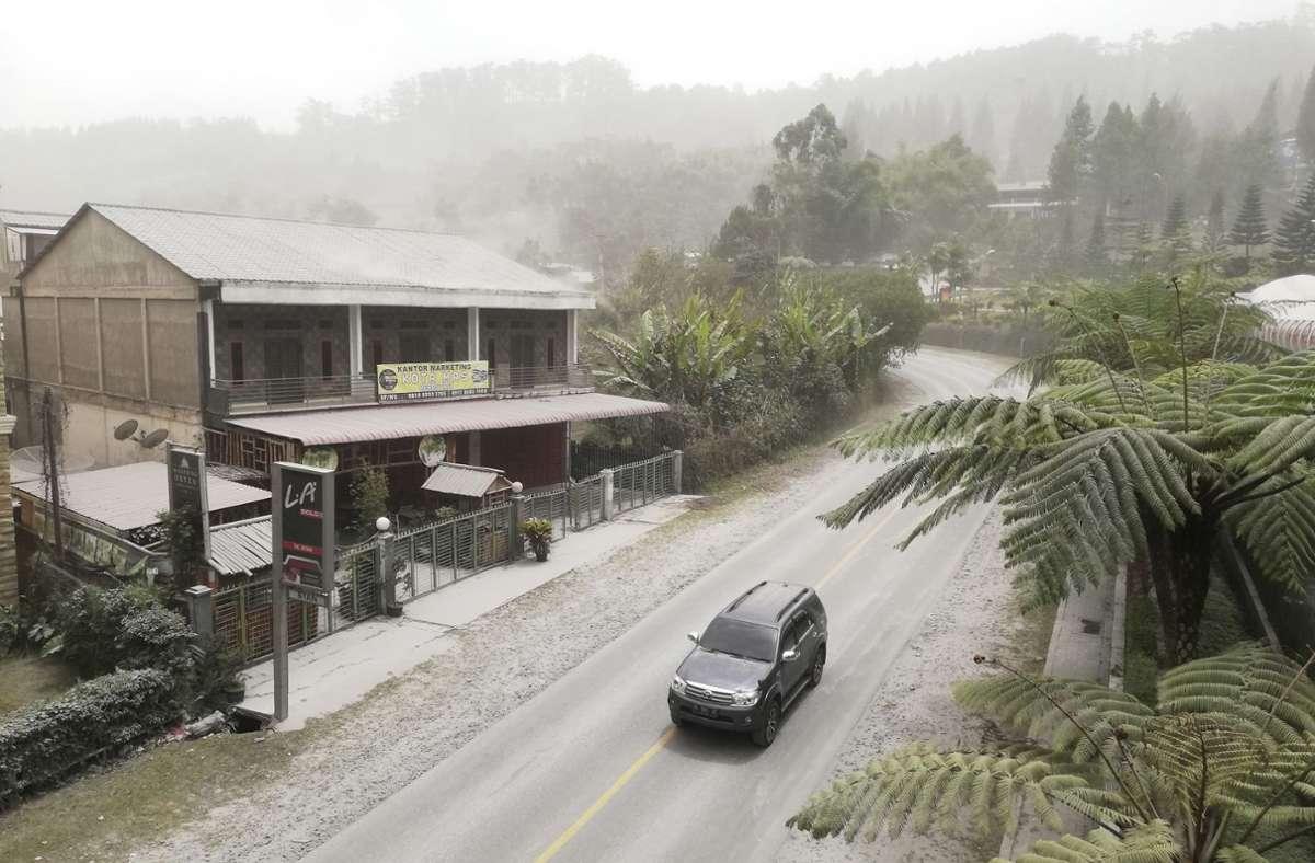 Viele Orte im Norden Sumatras sind von einer Ascheschicht bedeckt. Foto: dpa/Sugeng Nuryono