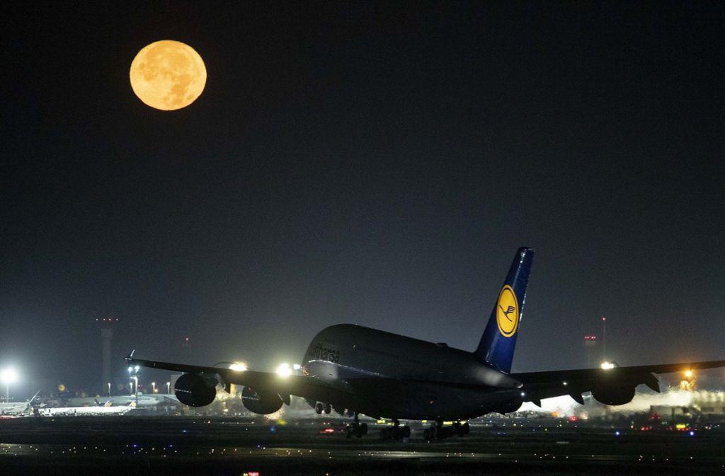 Lufthansa wird auch Sonntag abheben. Foto: AP/Michael Probst