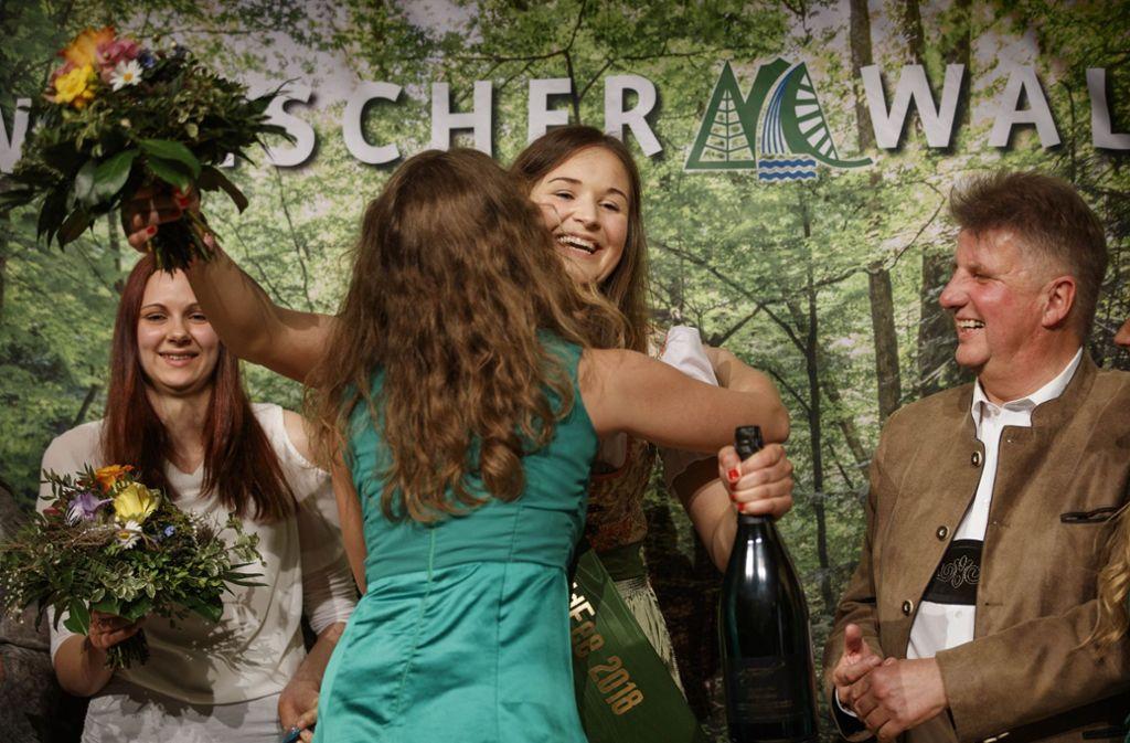 Märchenhaft: die neue Waldfee Mariel Knödler wird   beglückwünscht, mit Blumen und mit Sekt. Foto: Gottfried Stoppel