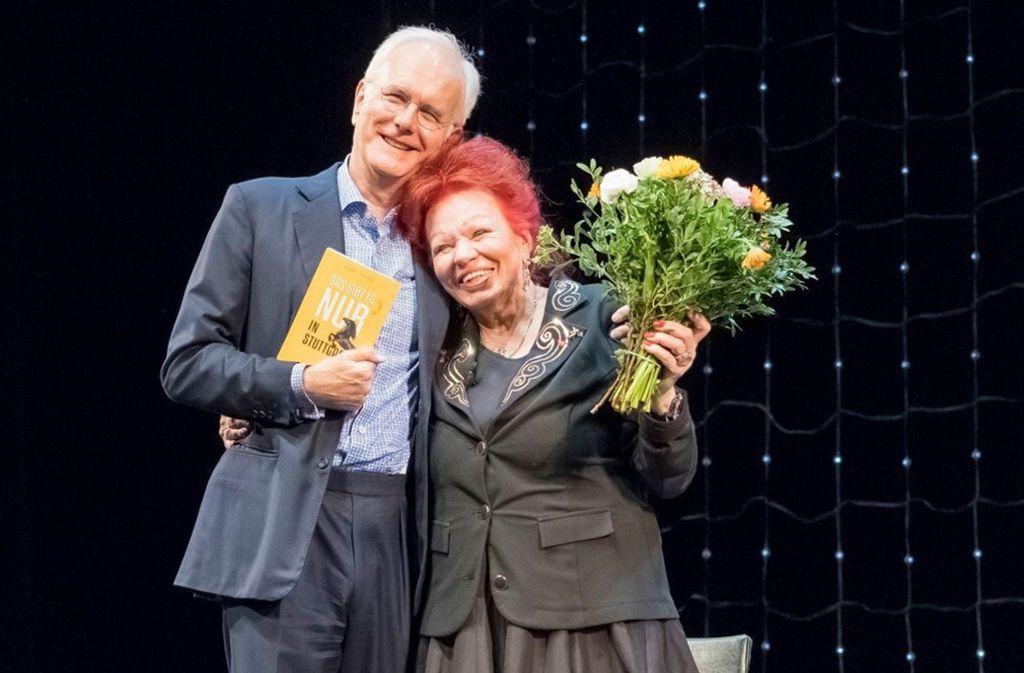 """Wirtin Laura Halding-Hoppenheit mit Harald Schmidt auf der Bühne des Schauspielhauses. Sie bekam Blumen, er von ihr das Buch """"Das gibt es nur in Stuttgart"""". Foto: Andreas Engelhard"""
