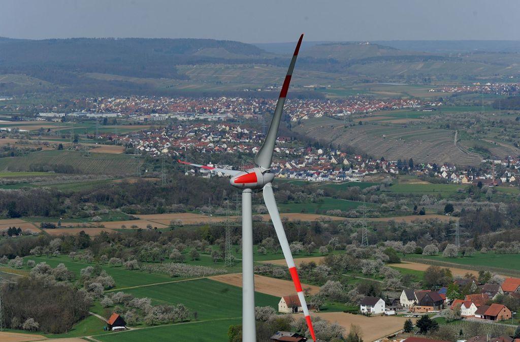 Das Windrad in Ingersheim. Im Hintergrund ist Besigheim zu sehen. Foto: /Werner Kuhnle