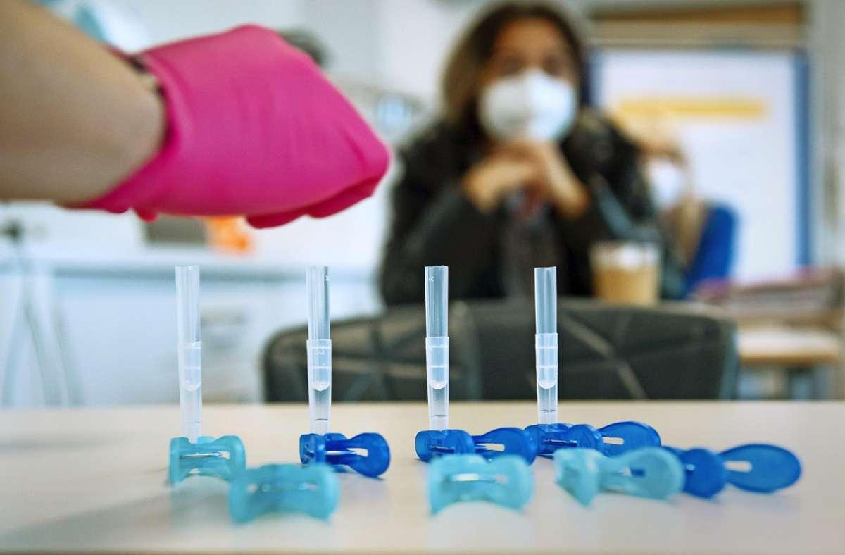Auch in Stuttgarter Schulen wird nach den Sommerferien wieder auf das Coronavirus getestet. Foto: dpa/Sven Hoppe