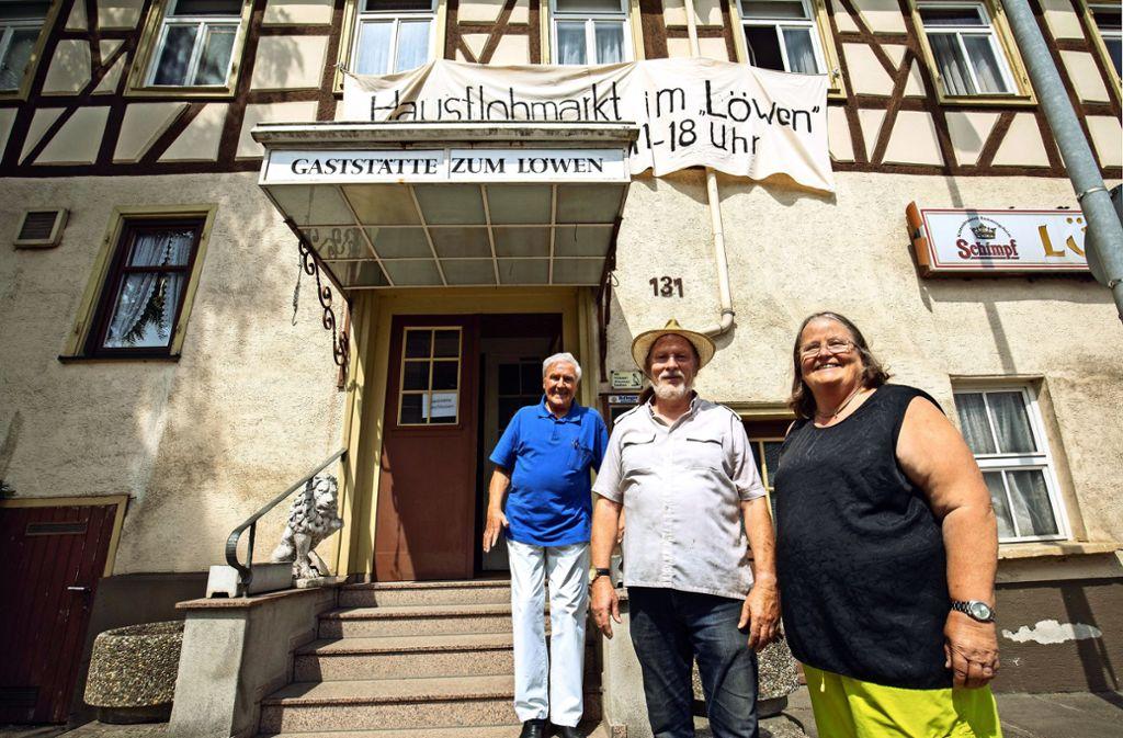Ein unentwegtes Trio kämpft sich in Vorbereitung des Flohmarkts durch des Löwen-Inventar: Dieter Fischer, Jochen Schmidt-Rüdt und  Cornelia Stocker. Foto: Michael Steinert Foto: