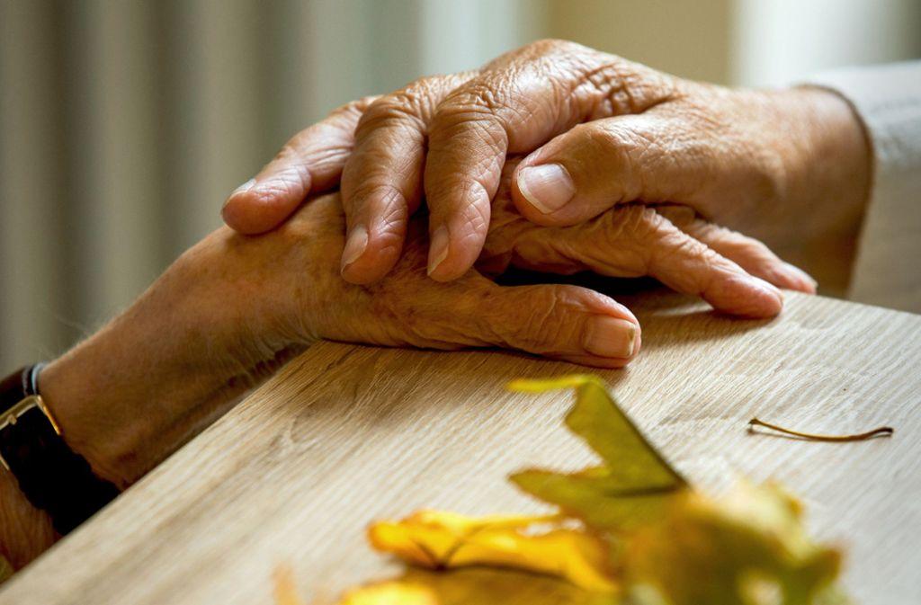 Demenz kehrt die Rollenverteilung zwischen Eltern und Kindern um – plötzlich brauchen die Eltern Hilfe. Foto: dpa-Zentralbild/StZ