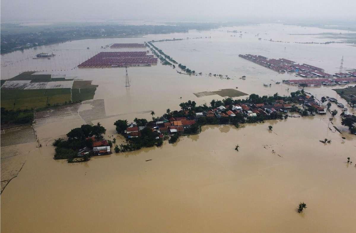 Mindestens 200.000 Menschen sind  von den durch massive Regenfälle ausgelösten Überflutungen auf der indonesischen Insel Java betroffen. Foto: AFP/ARYA