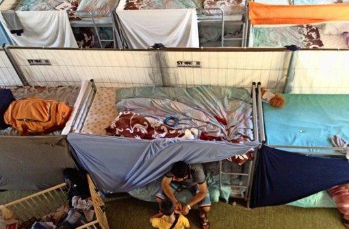 Ein Bett für Flüchtlinge, eine Halle für Sportler