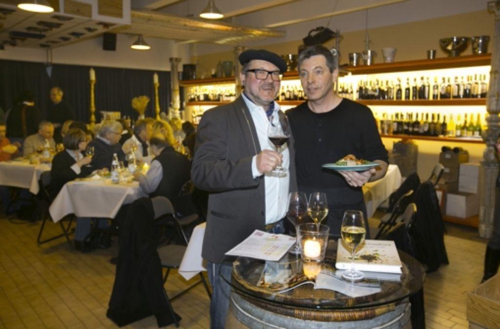 """Weinhändler Guido Keller (links) und Koch Johannes Guggenberger haben mit einer After-Work-Party 800 Euro für """"Hilfe für den Nachbarn"""" eingenommen. Foto: Horst Rudel"""