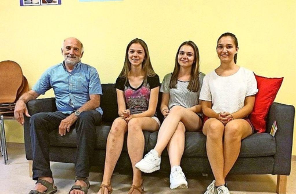 Der Lehrer Peter Knapp mit seinen Schülerinnen auf dem gespendeten Sofa Foto: Dreßler
