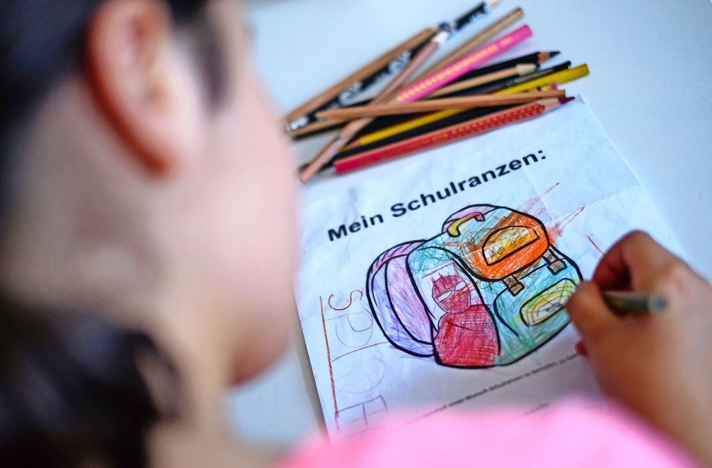 Ein Mädchen malt seinen Wunsch-Schulranzen. Foto: Lichtgut/Max Kovalenko