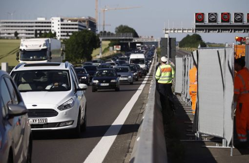 Ein Toter bei schwerem Unfall auf der A81 – Sperrung Richtung Heilbronn