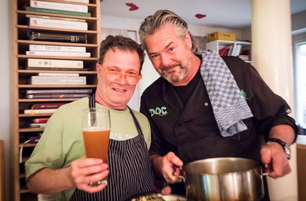 Mario Ohno (links) und Frank Oehler kochen japanisch im Linden-Museum. Foto: Lichtgut/Achim Zweygarth