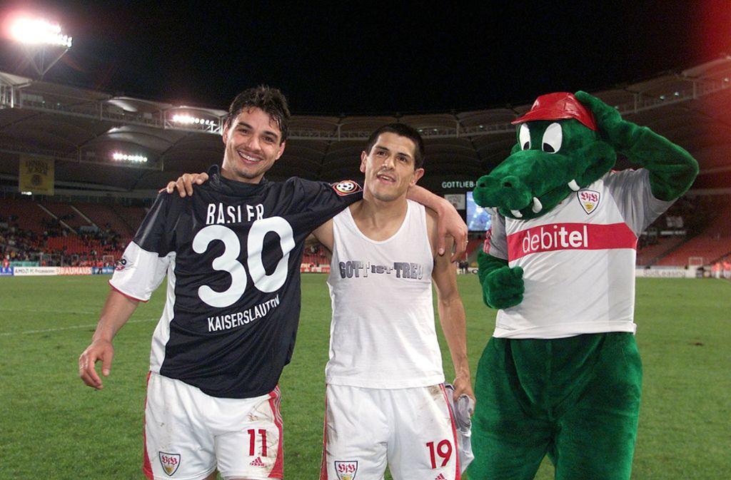Viorel Ganea (links) und Adhemar ließen sich von Fritzle und den Fans des VfB Stuttgart nach dem 6:1 gegen den 1. FC Kaiserslautern feiern. Foto: Pressefoto Baumann