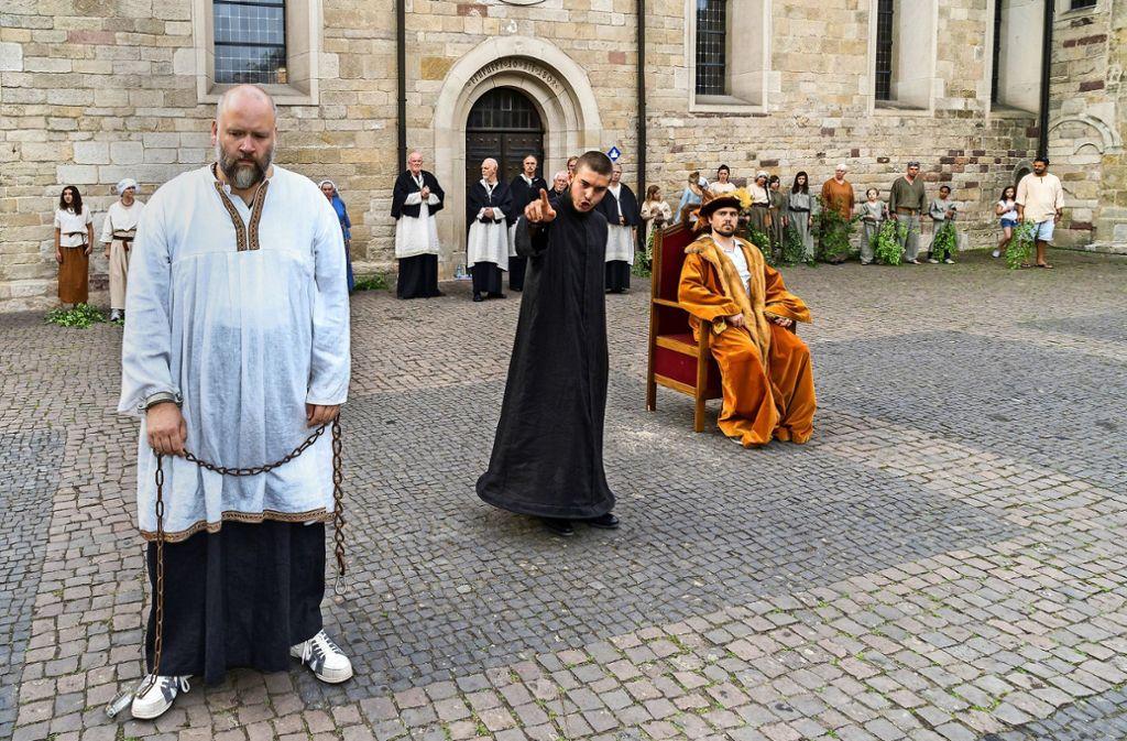 Daniel Dietrich (Mitte) glänzte als hasserfüllter Priester bei der Biennale 2015. Foto: factum
