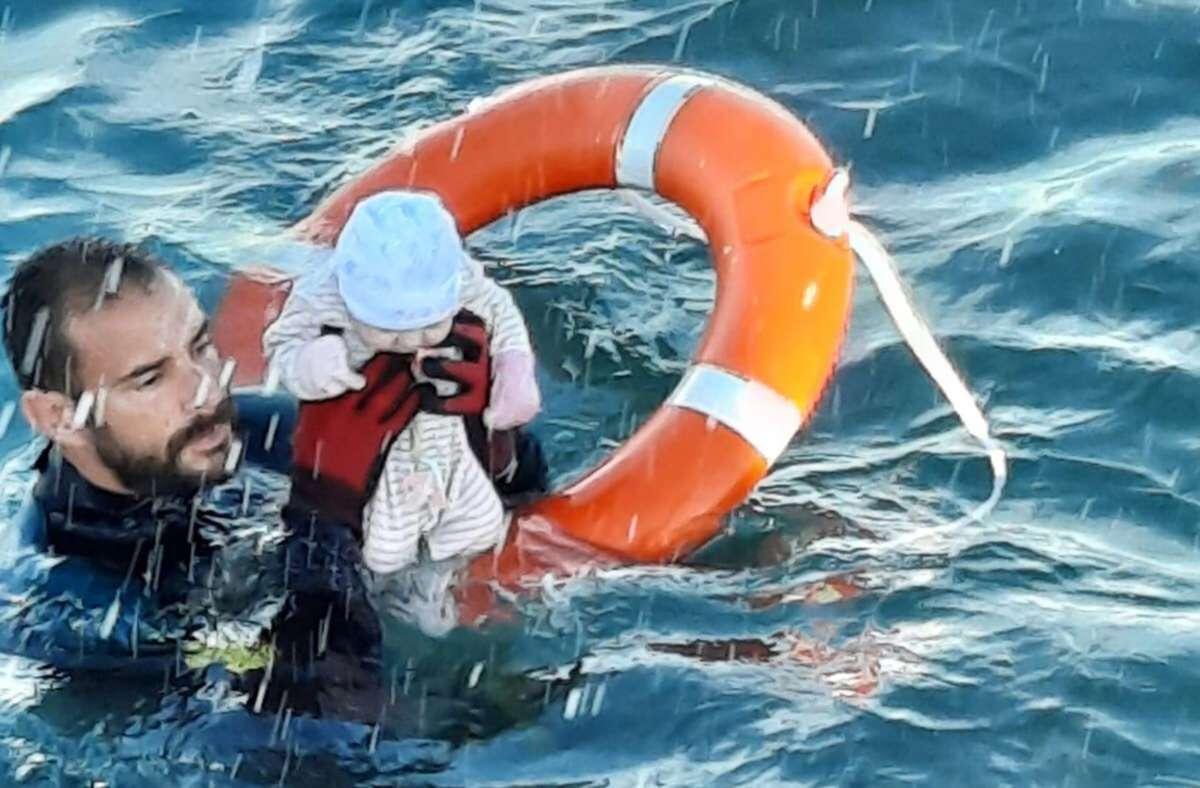 Ein Foto zeigt die dramatische Rettungsaktion im Mittelmeer. Foto: dpa/---