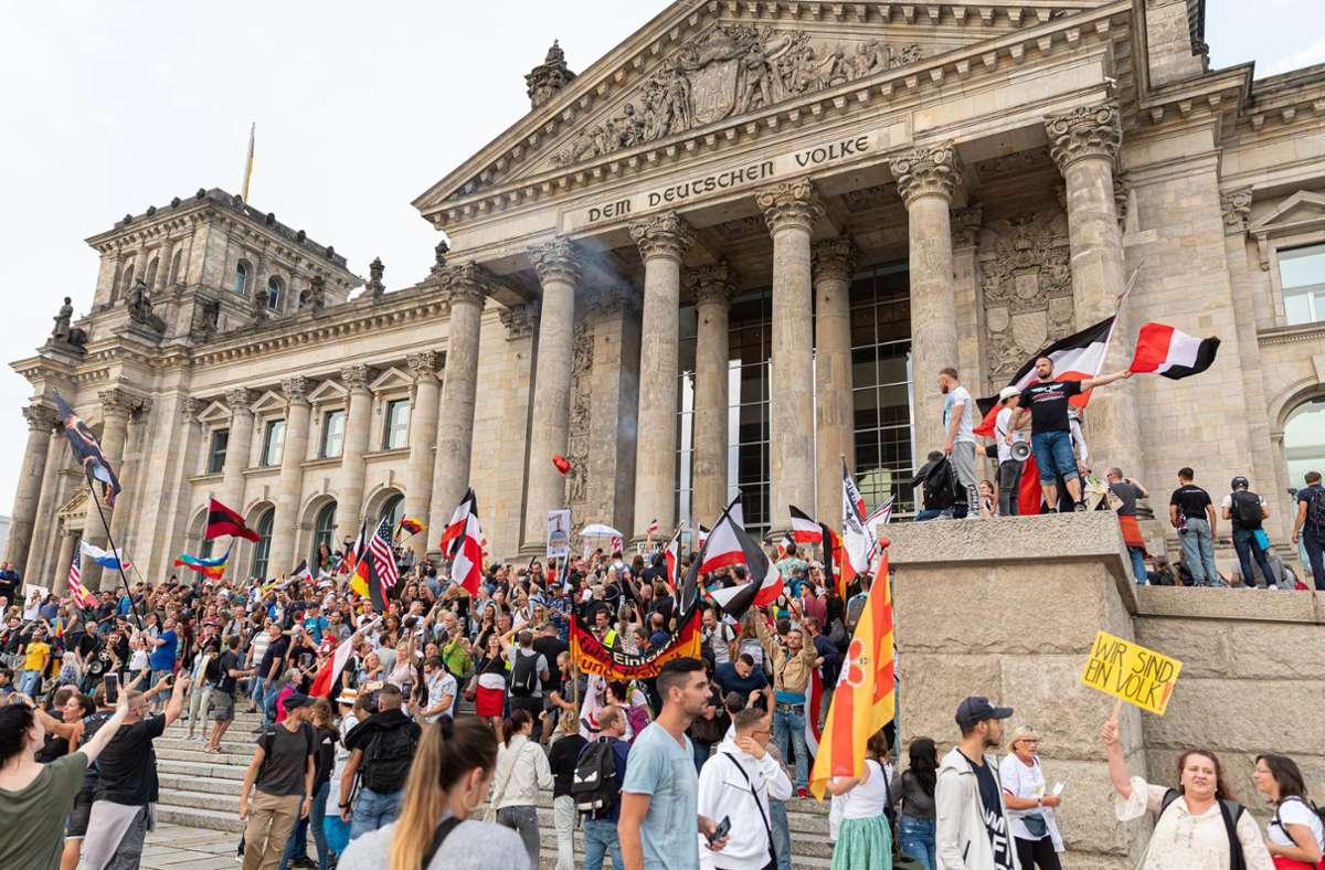 An Orten mit historischer Symbolkraft soll das Hissen von Reichsflaggen und Reichskriegsflaggen künftig verboten sein. Foto: dpa/Achille Abboud