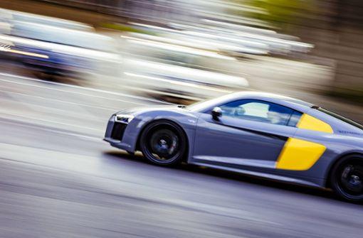 Junge Männer mit Schweizer Kennzeichen liefern sich Autorennen