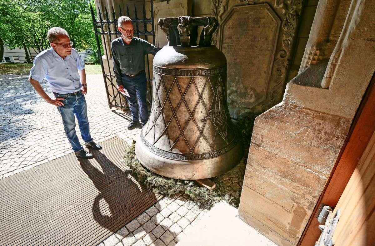 Der Herrenberger Dekan Eberhard Feucht (links) und Burkhard Hoffmann vom Verein zur Erhaltung der Stiftskirche werden die Glocke am ersten Advent einweihen. Foto:
