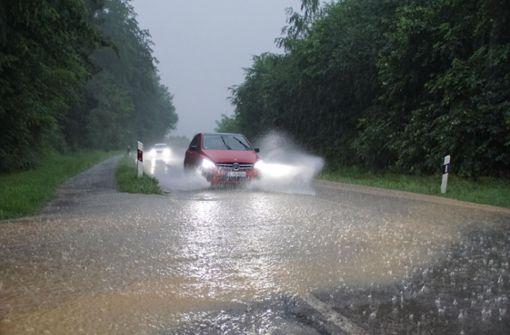 Bäume fallen um, Keller und Straßen überflutet