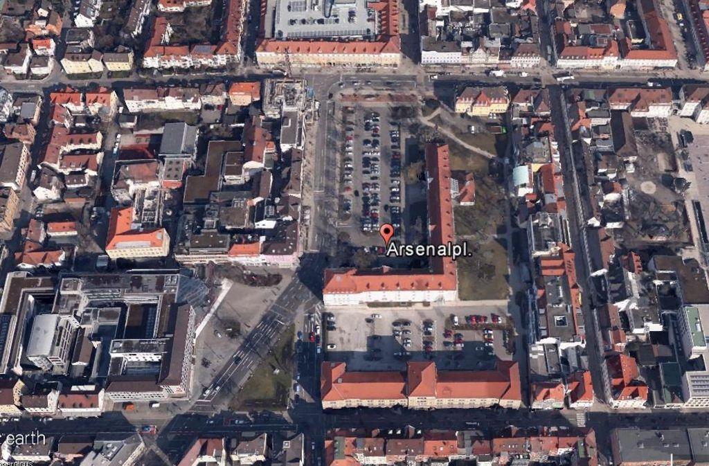 Der Arsenalplatz in der Ludwigsburger Innenstadt  soll autofrei werden, die daneben verlaufende Straße ebenfalls. Foto: Google Earth