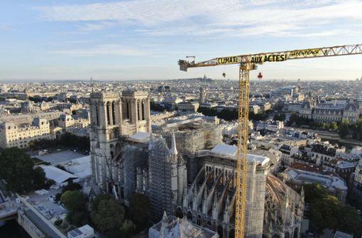 Aktivisten klettern auf Kran an Notre-Dame-Baustelle
