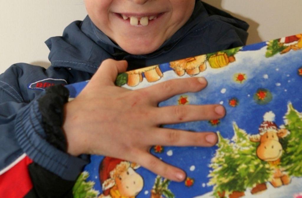 Die Kinder der Ahmadiyya Muslim Jamaat Gemeinde überreichen Odachlosen und Senioren zu Weihnachten Geschenke. Foto: z