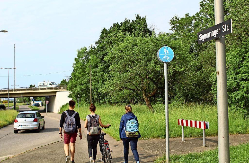 Radfahrer und Fußgänger kommen sich an der Sigmaringer Straße in die Quere. Foto: T. Baur