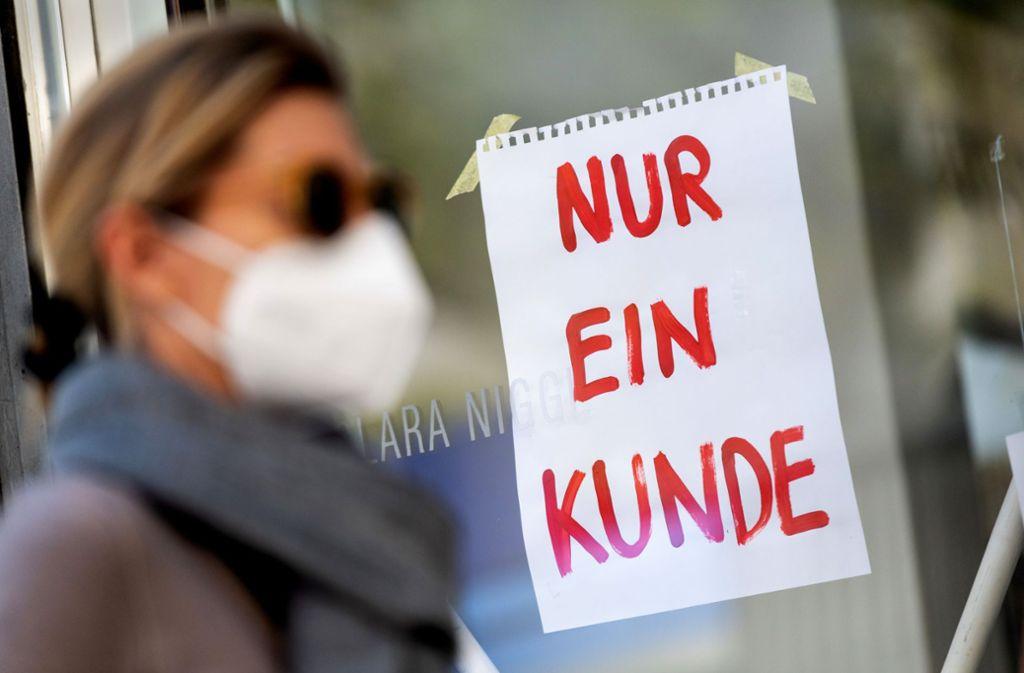 Schutzmasken-Pflicht  und Einlassbeschränkungen: Maßnahmen wie diese mindern die Kauflust, klagen Einzelhändler. Foto: dpa/Peter Kneffel