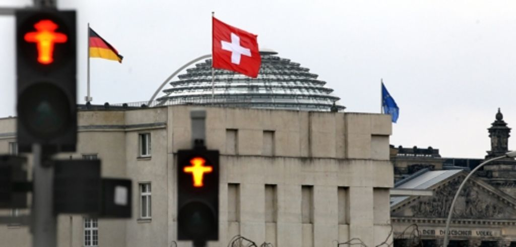 Das Bundeskanzleramt und die Schweizer Botschaft Foto: dpa