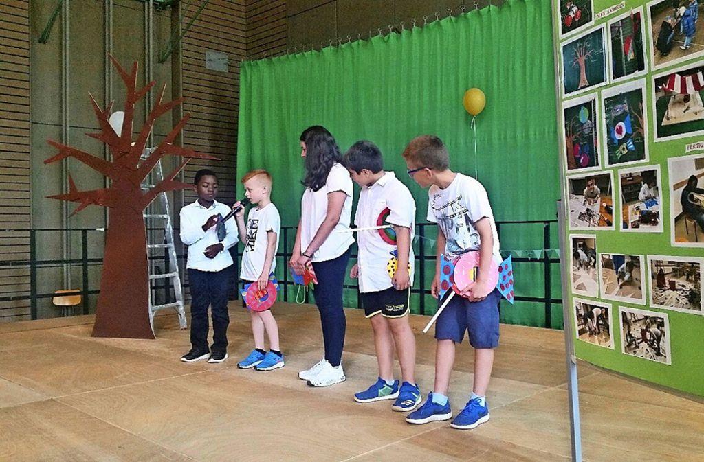 Schüler der Lerchenrainschule bei der Einweihung des grünen Klassenzimmers. Foto: Elke Rutschmann