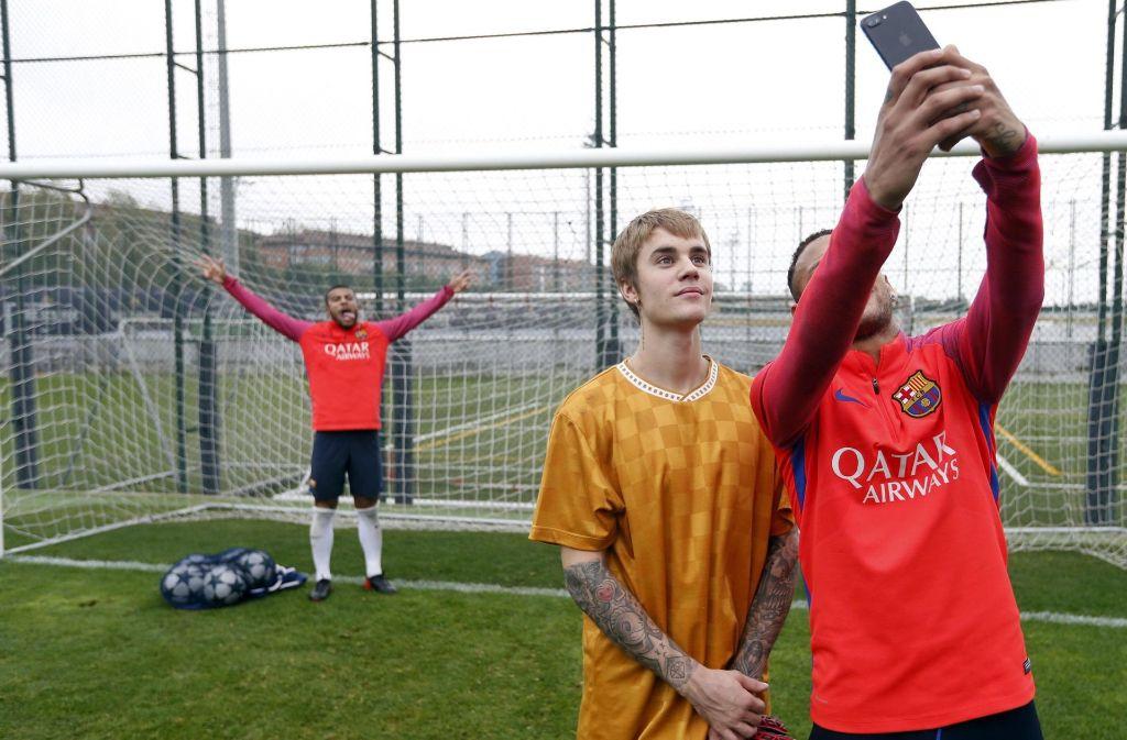 Quatsch machen mit dem Popstar: Justin Bieber (Mitte), posiert mit Neymar (rechts) und Rafinha Alcantara für ein Selfie während einer Trainingseinheit des FC Barcelona. Foto: dpa/FC Barcelona