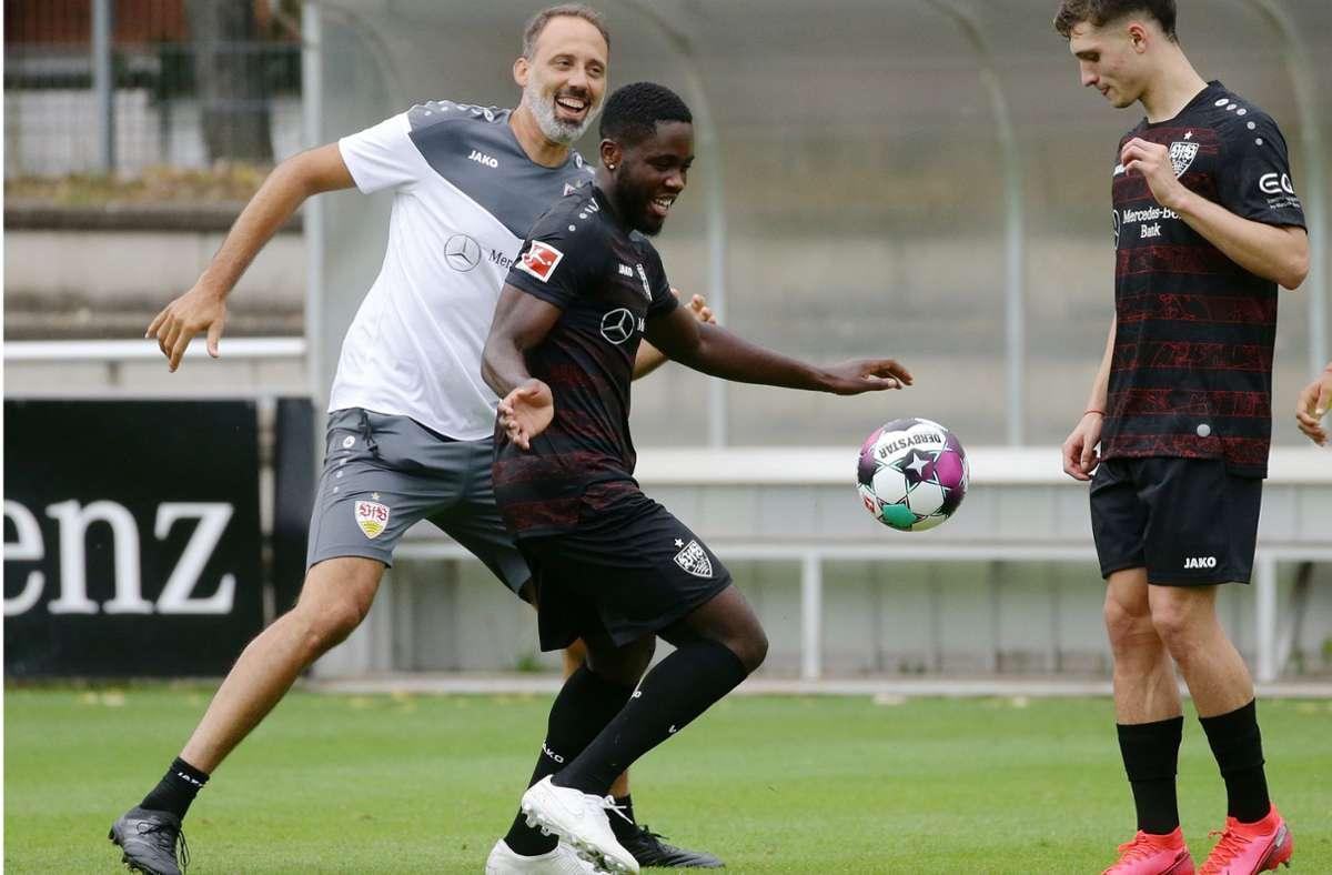 Der VfB-Trainer Pellegrino Matarazzo (links) hat im Spiel gegen Orel Mangala seinen Spaß. Mateo Klimowicz (rechts) greift da lieber nicht in das Geschehen ein. Foto: Baumann